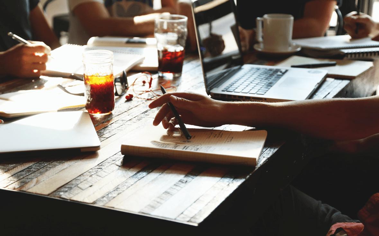 Bergstrom Language Services Hamburg, Gruppenunterricht, ansicht von Teilnehmer Händer beim schreiben