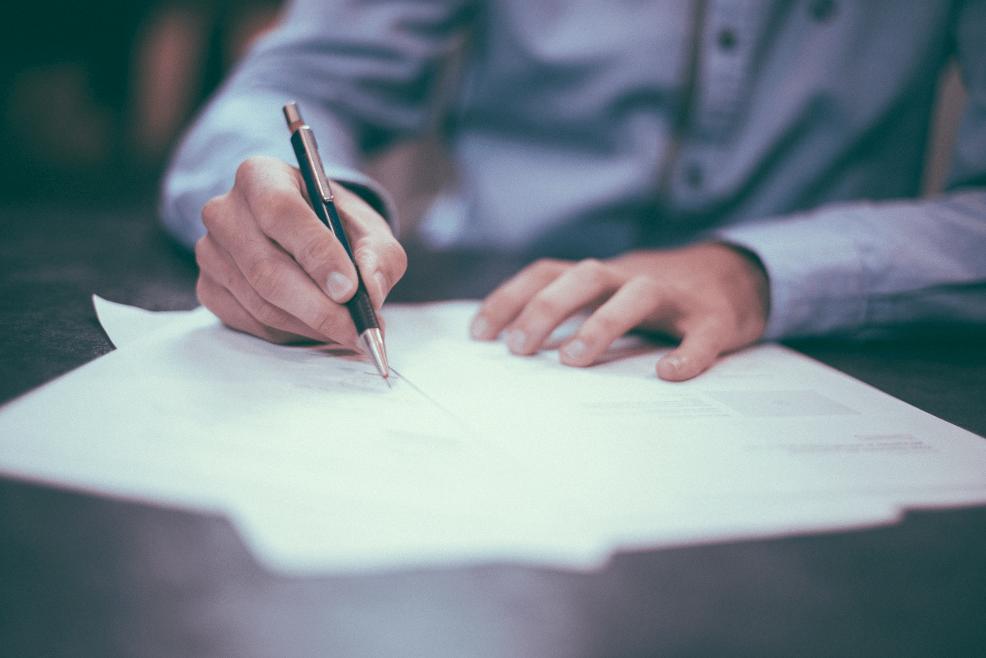 Ein Lektor sitz am Tisch, und bearbeitet eine Englische Korrektorat und Lektorat