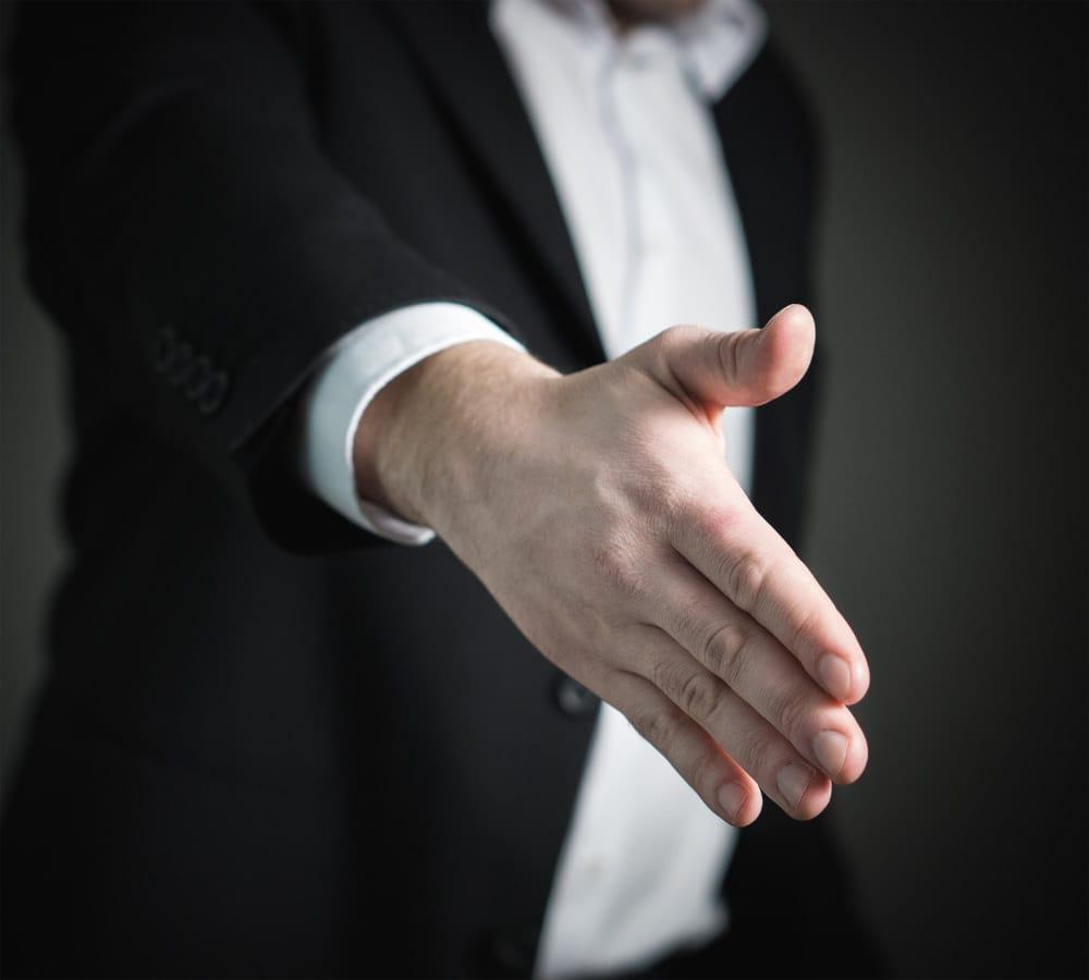 Meetings auf Englisch Seminar, ein Teilnehmer streckt sein Arm aus, um ein Kunde der Hand zu geben