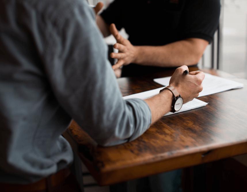 Business Englisch Unterricht mit einem Teilnehmer auf ein Tisch